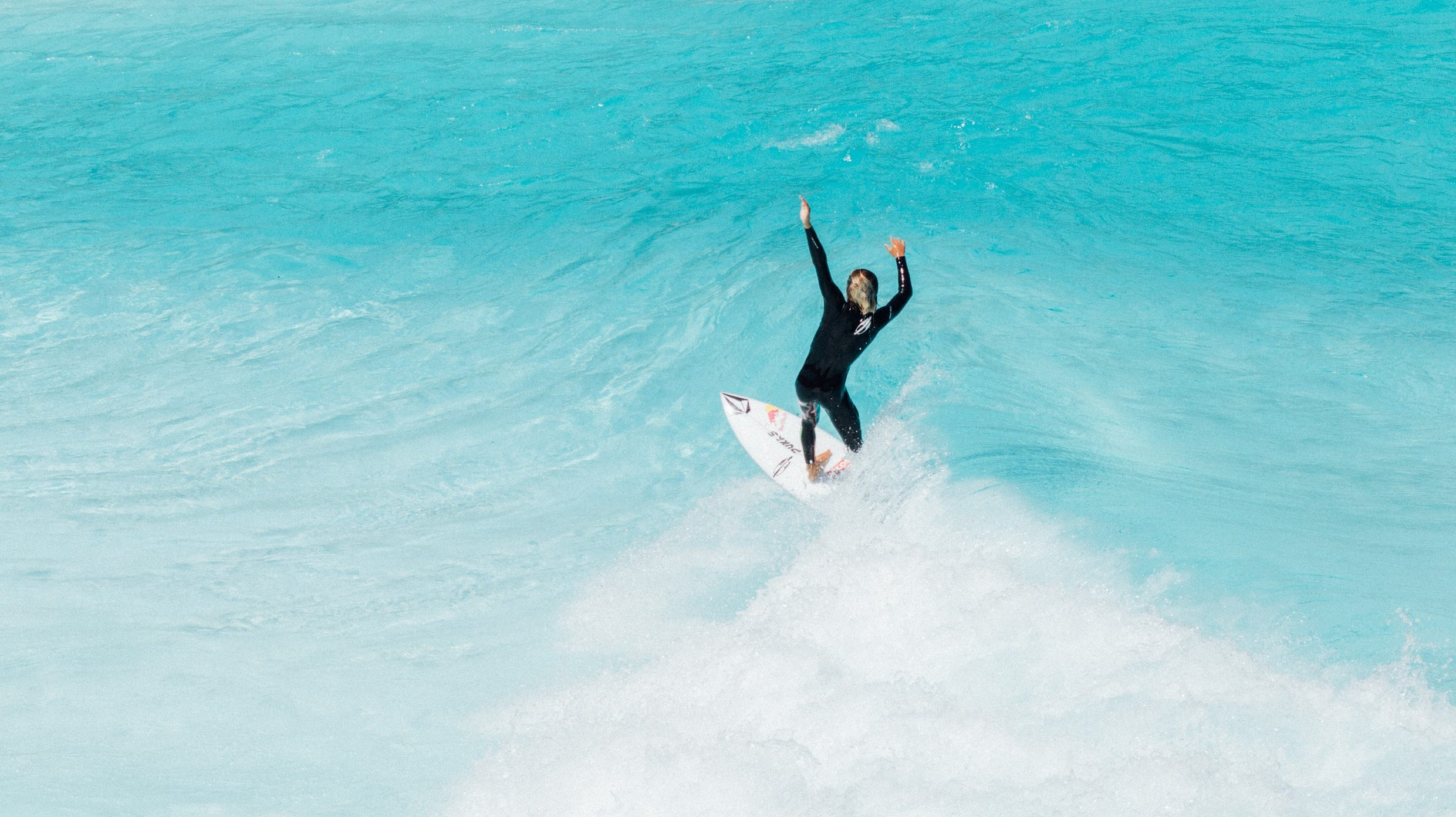 Mateus-Herdy surfing the wavegarden cove