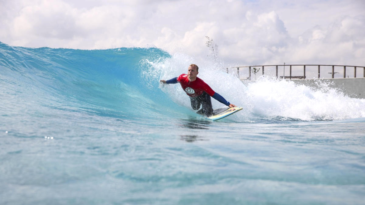 Adaptive surfing event in a wave pool